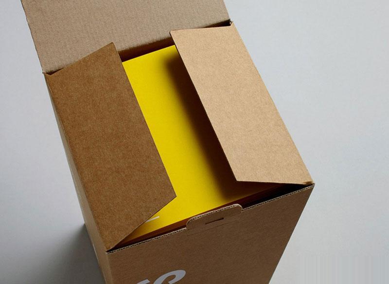 牛皮纸用作包装材料。强度很高。通常呈黄褐色。半漂或全漂的牛皮纸浆呈淡褐色、奶油色或白色。定量80~120g/m2。裂断长一般在6000m以上。抗撕裂强度、破裂功和动态强度很高。多为卷筒纸,也有平板纸。采用硫酸盐针叶木浆为原料,经打浆,在长网造纸机上抄造而成。可用作水泥袋纸、信封纸、胶封纸装、沥青纸、电缆防护纸、绝缘纸等。 牛皮纸被应用于化工、机械等各行业,特别广泛应用于食品包装行业。牛皮纸用途:牛皮纸广泛适用于各种包装用品,纸袋、手提袋牛皮纸、彩盒、礼品盒牛皮纸、印刷牛皮纸、笔记本牛皮纸、作业本牛皮纸、信