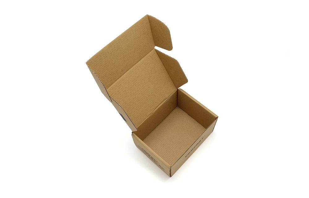 电子产品包装设计无论在包装材料上,还是在包装设计,工艺和装潢上正朝